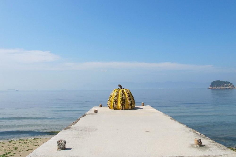 obra-de-arte-abobora-amarela-da-ilha-naoshima-no-japao-e1574083911226